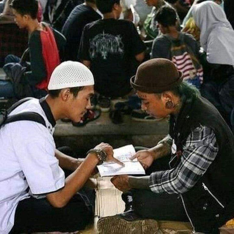 Muka Celoreng, Telinga Bersubang Tapi Dalam Hati Masih Rindukan Al-Quran - Oh Trending