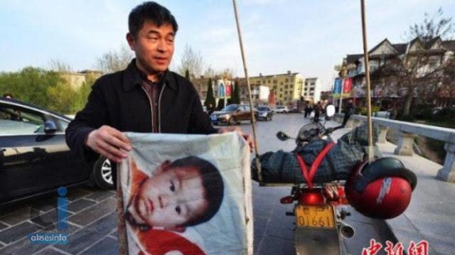 Diculik Ketika Berusia 2 Tahun, Bapa Nekad Cari Anak Dgn Motor Selama 24 Tahun. Tak Sangka Berjaya Jumpa, Rupanya Duduk Tak Jauh Dari Kampung Bapa.