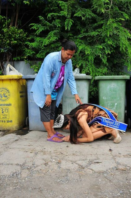 Tiba-Tiba Ratu Cantik Thailand Ini Cium Kaki Pengutip Sampah. Rupanya Pengvtip Sampah Ini Org Penting Sampai Mmbuat Ramai Sebak