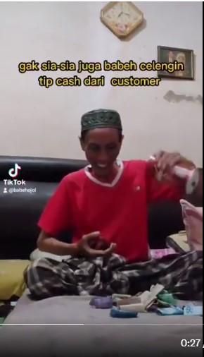 (Video) Ayah Kerja Keras Jadi 'Rider' Sampai Malam Demi Beli Laptop 'Secondhand' Harga RM581 Buat Anak