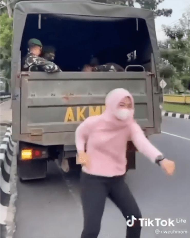 Video: Demi Like dan Glemer, Gadis Terima Padah Bila Berj0get Sakan Depan Tentera yg Tgh Bertugas