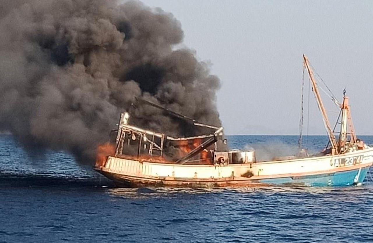 Video: Ingat Tiada 'Mngsa' Tertinggal, Penyelamat Perasan Ada 4 Ekor Kucing Berada Di Kapal Kebakaran Di Tengah Laut