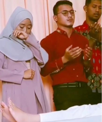 (Video) Isteri Men4ngis Di Sisi Suami Yang Bernikah Dengan Bek4s Kekasih