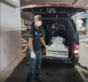 Anak Tak Mampu Sewa Ambulan! Ibu Tua Menangis Dibawa Naik Van Jenazah Pulang Ke Rumah, Namun Itulah PerjalananTerakhirnya.