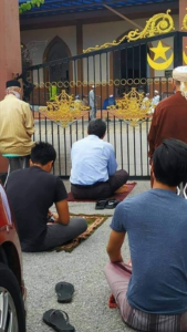 Tak dapat masuk masjid, bekas MB Negeri Sembilan solat Jumaat di luar pagar