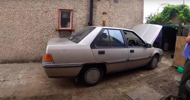 VIDEO: Mat Saleh jumpa Proton Iswara 1994 dalam bangsal di UK – hanya 17,259 km, hampir seperti baru
